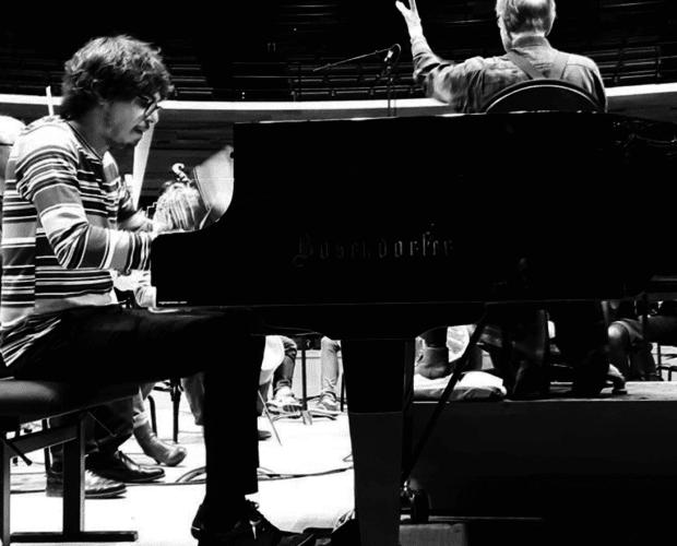 lucas debargue en concert accompagné d'un piano bosendorfer