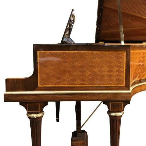 piano à queue Pleyel 3 réduit pieds louis XVI marqueté côté droit